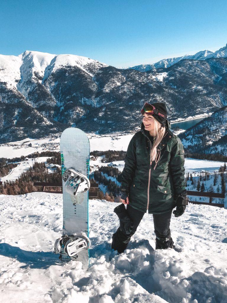 Ann-Kathrin Hitzler vor einer atemberaubenden Kulisse im Skigebiet Christlum in Achenkirch am Achensee.